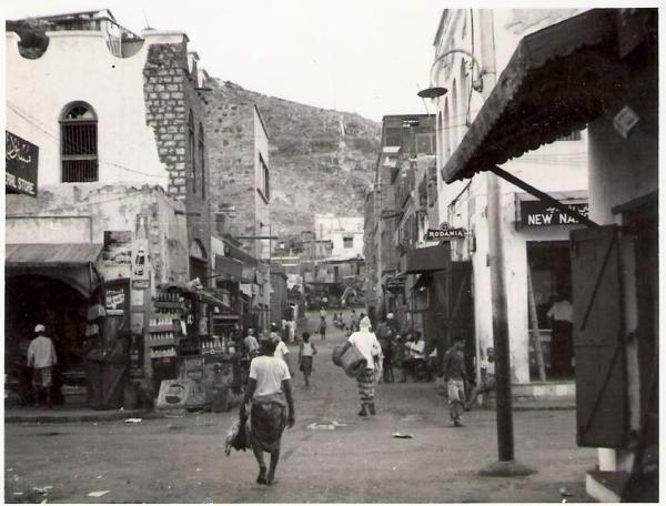 احد الشوارع الضيقة في التواهي قديماً