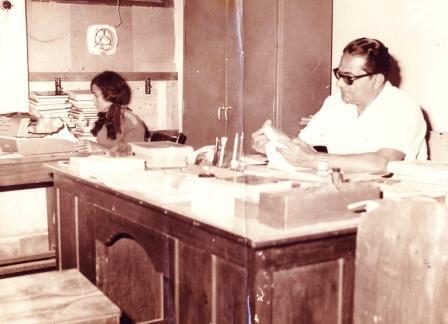 الاستاذ الرياضي القدير / يوسف السعيدي اثناء تواجده في مكتبه بمكتبة مسواط ــ كريتر / عدن