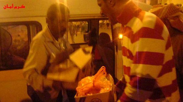 مواد غذائية وماء مقدم من ابناء مدينة الشيخ عثمان ( الممدارة) لضيوف عدن الجنوبيين